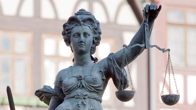 Justitia am Frankfurter Gerechtigkeitsbrunnen: Es kommt in Deutschland immer wieder zum Kampf zwischen ordentlichen Gerichten und Paralleljustiz