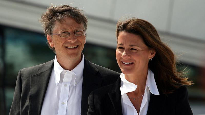 Gemeinsam mit seiner Frau Melinda besucht Bill Gates eine katholische Gemeinde