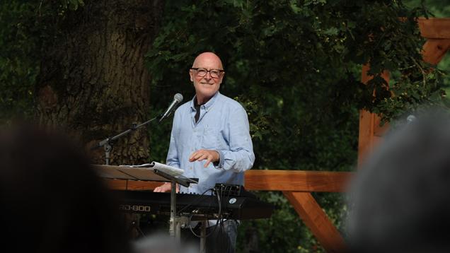 Der Liedermacher und Komponist Siegfried Fietz hat seinen Skulpturenpark mit einem OpenAir-Konzert eröffnet