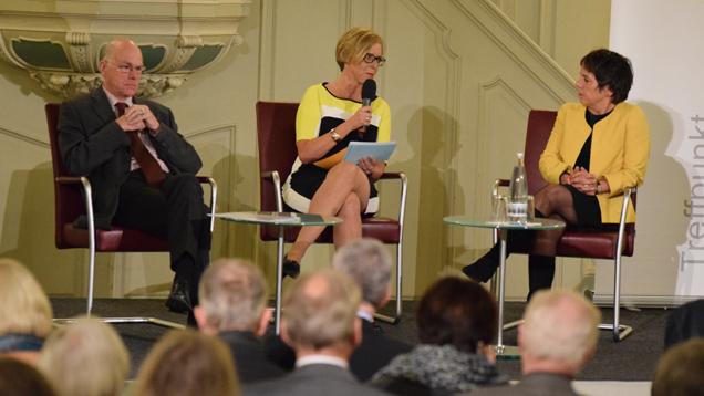 """Bundestagspräsident Norbert Lammert, Moderatorin Ursula Ott (Chefredakteurin """"chrismon"""") und Luther-Botschafterin Margot Käßmann bei der Podiumsdiskussion"""