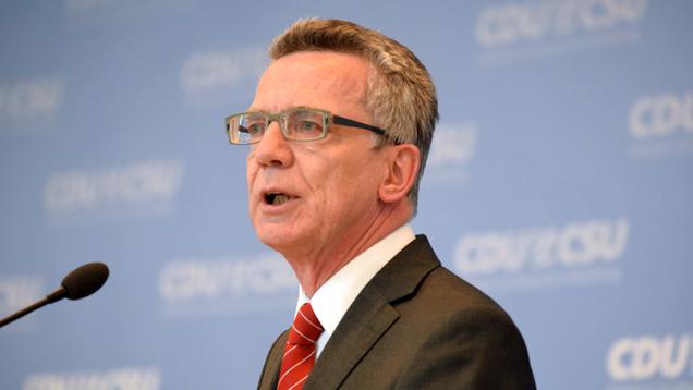 Bundesinnenminister Thomas de Maizière steht in der Kritik, weil er sich zur Bedrohungslage in Hannover nach Absage des Länderspiels bedeckt hielt