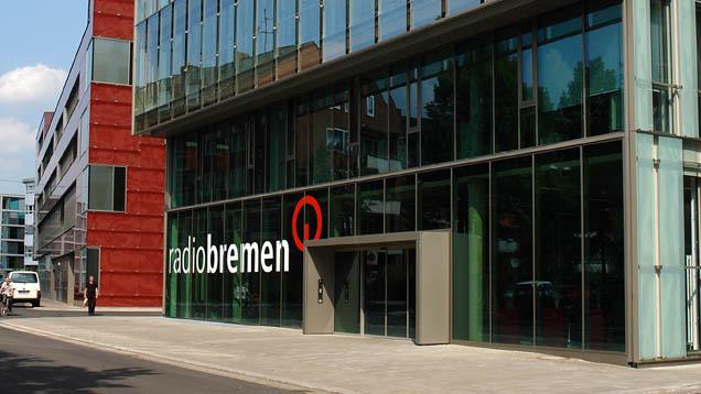 Radio Bremen soll auf Anweisung der Bremer Regierung mehr Flüchtlingsthemen senden. Das stößt auf Kritik.