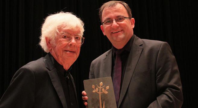 Hat den Hoffnungsträger-Preis vom Apis-Vorsitzendem Steffen Kern erhalten: Dirigent und Musiker Helmuth Rilling