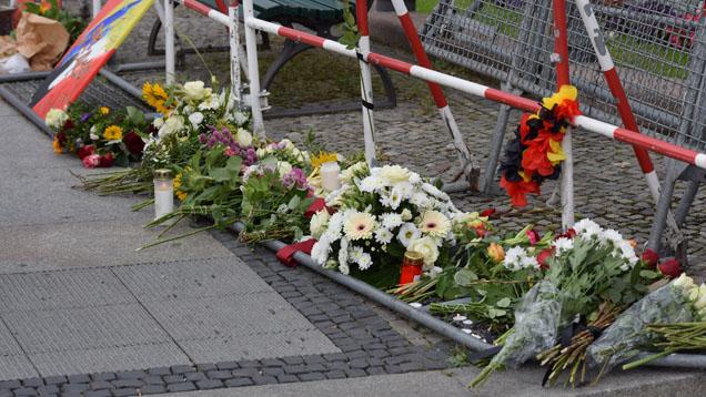 Niedergelegte Blumen vor der französischen Botschaft in Berlin zum Gedenken an die Opfer von Nizza