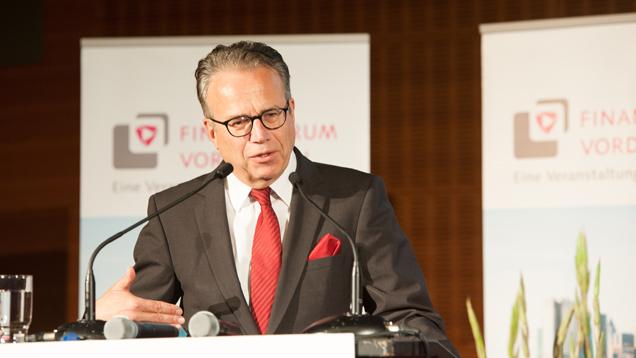 """Der Leiter des Bundesamtes für Migration und Flüchtlinge sowie Chef der Bundesagentur für Arbeit, Frank-Jürgen Weise, ist vom Finanzberater Plansecur als """"Vordenker 2016"""" ausgezeichnet worden"""