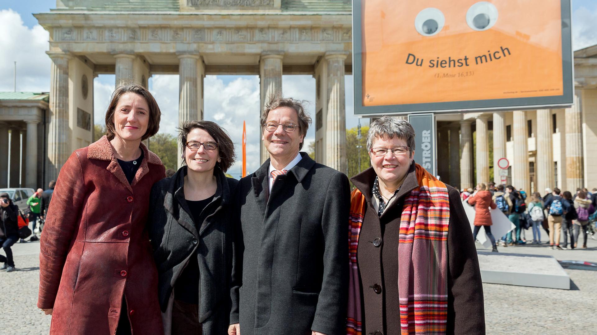 (v.l.) Generalsekretärin Ellen Ueberschär, Kirchentagspräsidentin Christina Aus der Au, Bischof Markus Dröge (EKBO) und Landesbischöfin Ilse Junkermann (EKM) bei der Kampagnenpräsentation zum Kirchentag 2017 am Brandenburger Tor
