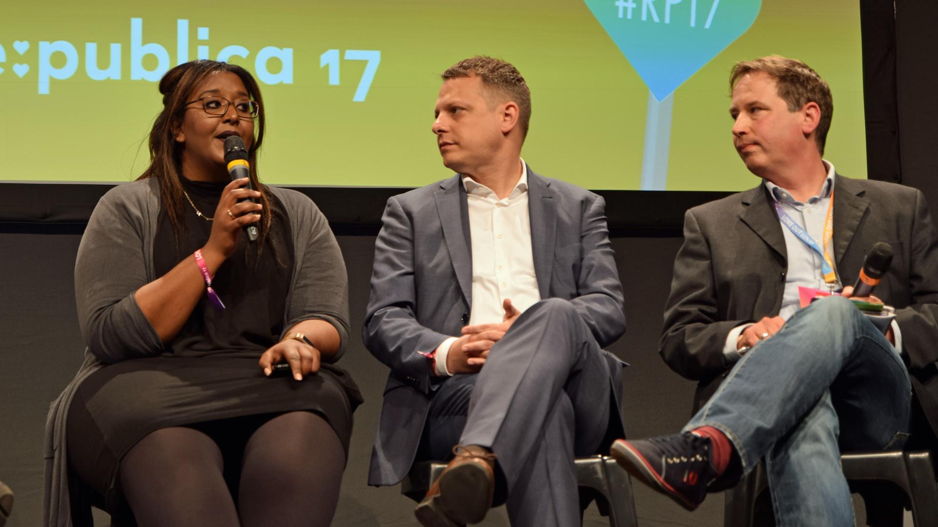 (v.l.) Niddal Salah-Eldin, David Biesinger und Journalist Patrick Gensing sprachen über Mittel gegen Fake News