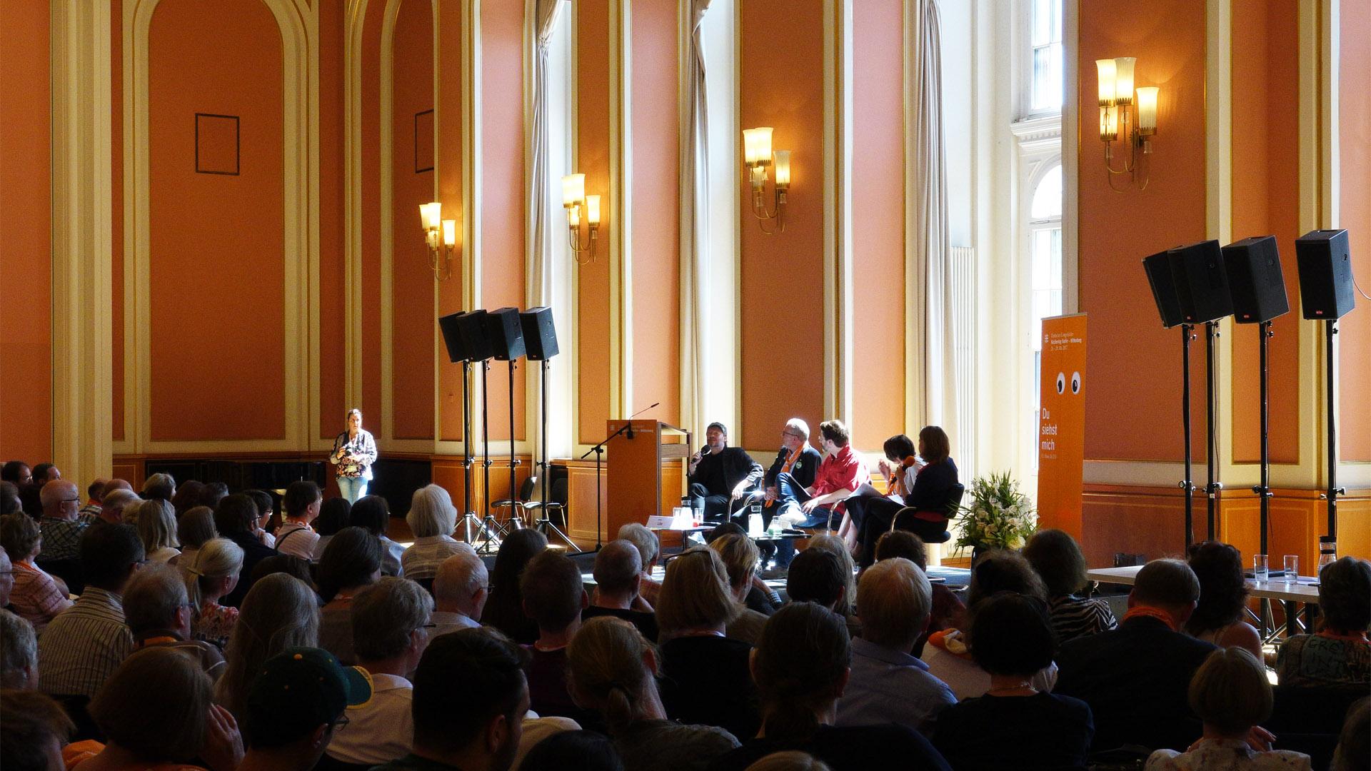 """Bei der Podiumsdiskussion zum Thema """"Offene Gesellschaft – Wo sind die Grenzen der Toleranz"""" war der Festsaal des Roten Rathauses komplett gefüllt"""