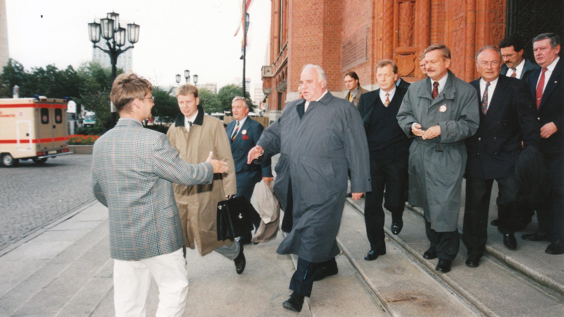 Im August 1998 begrüßte der damalige Bundeskanzler Helmut Kohl den Politikredakteur Christoph Irion in Berlin zu einem Fototermin mit anschließendem Interview