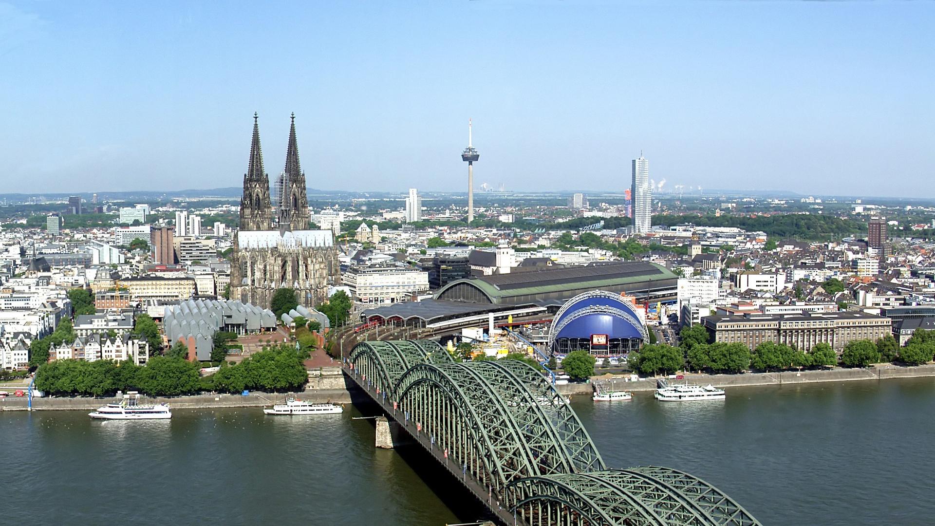 In Köln haben am Samstag Muslime und Nicht-Muslime gemeinsam gegen islamistischen Terror demonstriert