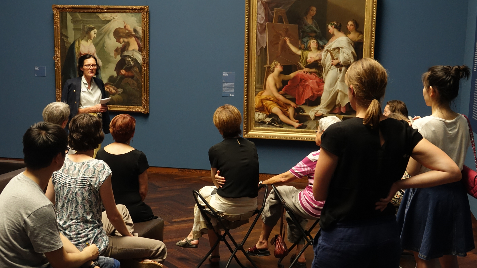 Kunsthistorikerin Rita Delhées (links, stehend) bringt Interessierten ein Kunstwerk näher