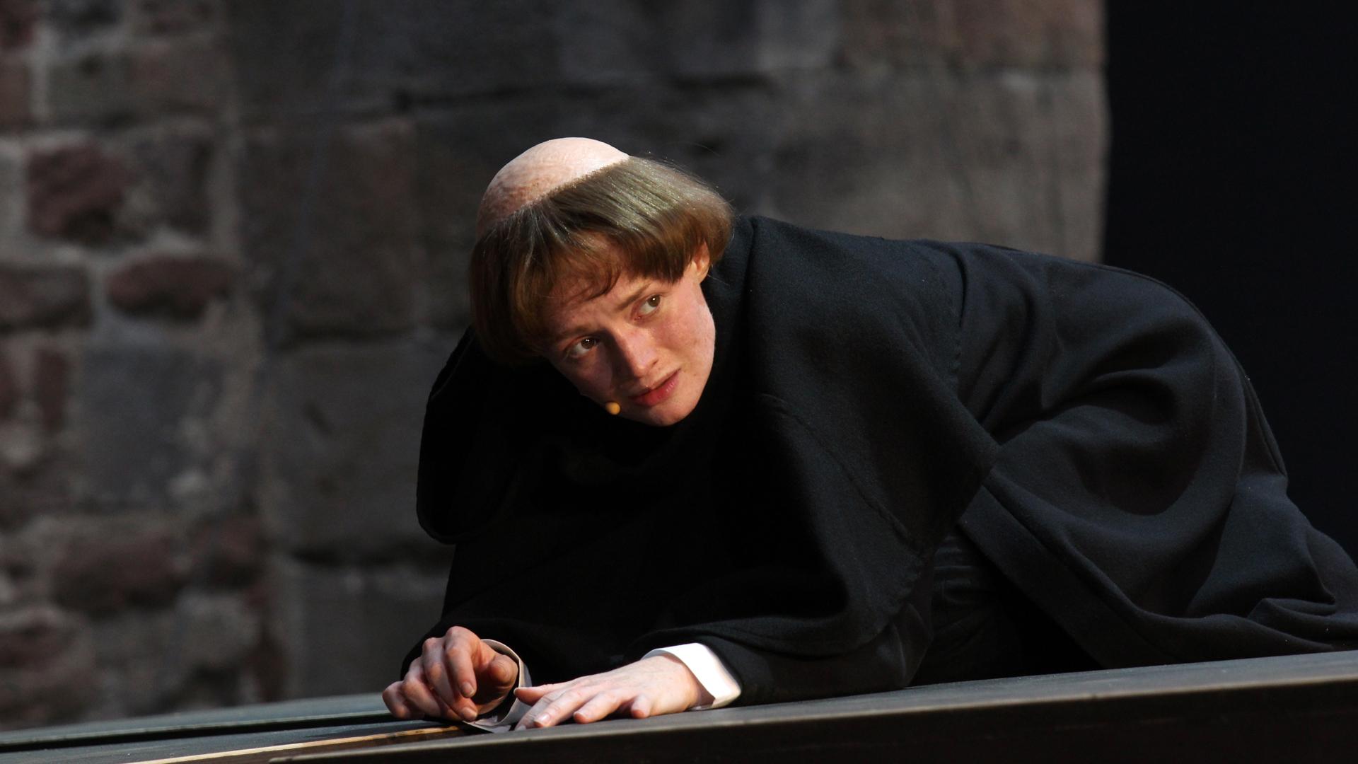 Die Schauspielerin Janina Stopper verbildlicht mit ihrem Körper die Emotionen Luthers