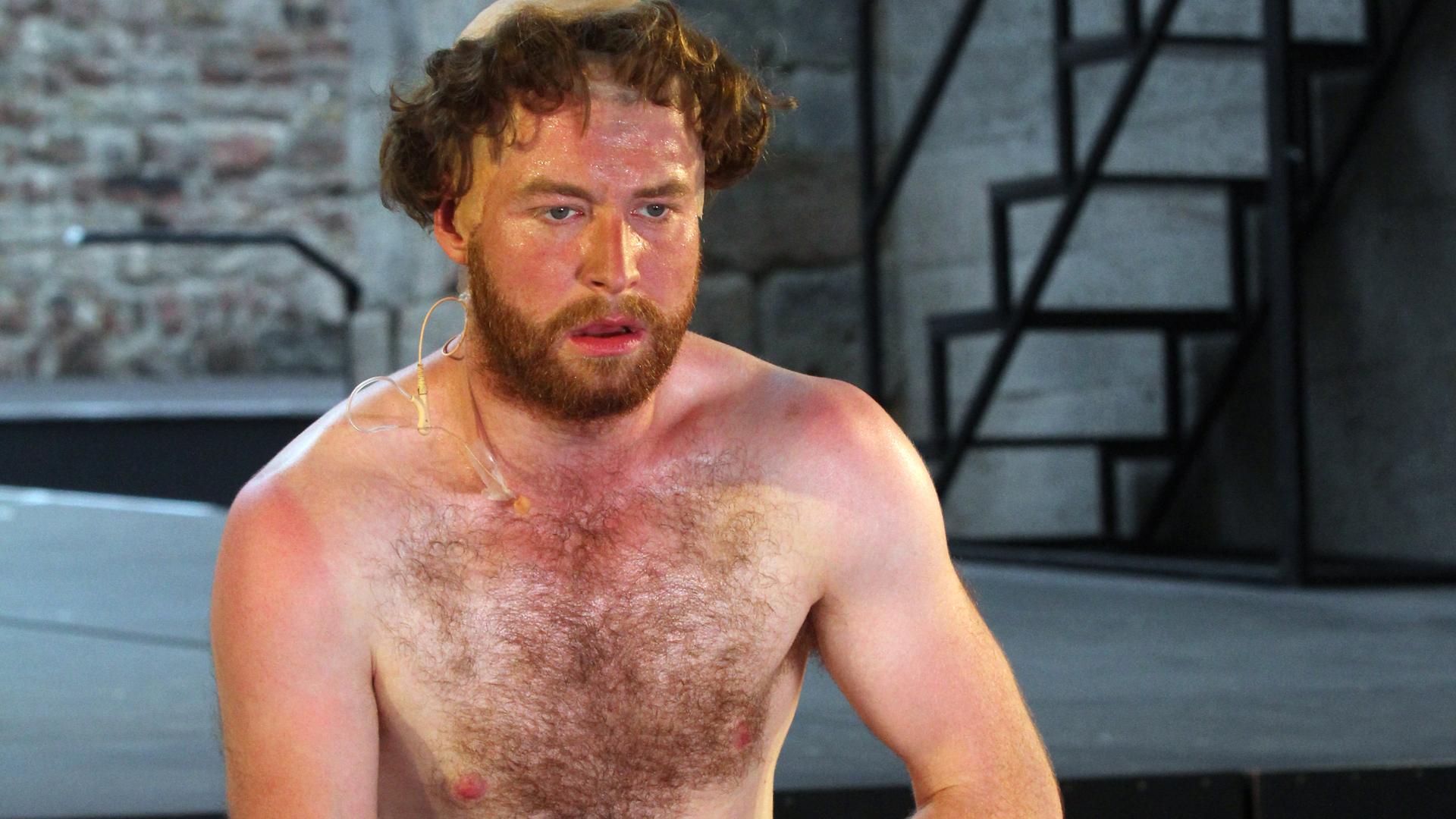 Maximilian Pulst spielt Luther, den Überheblichen, mit Leidenschaft und ganzem Körpereinsatz