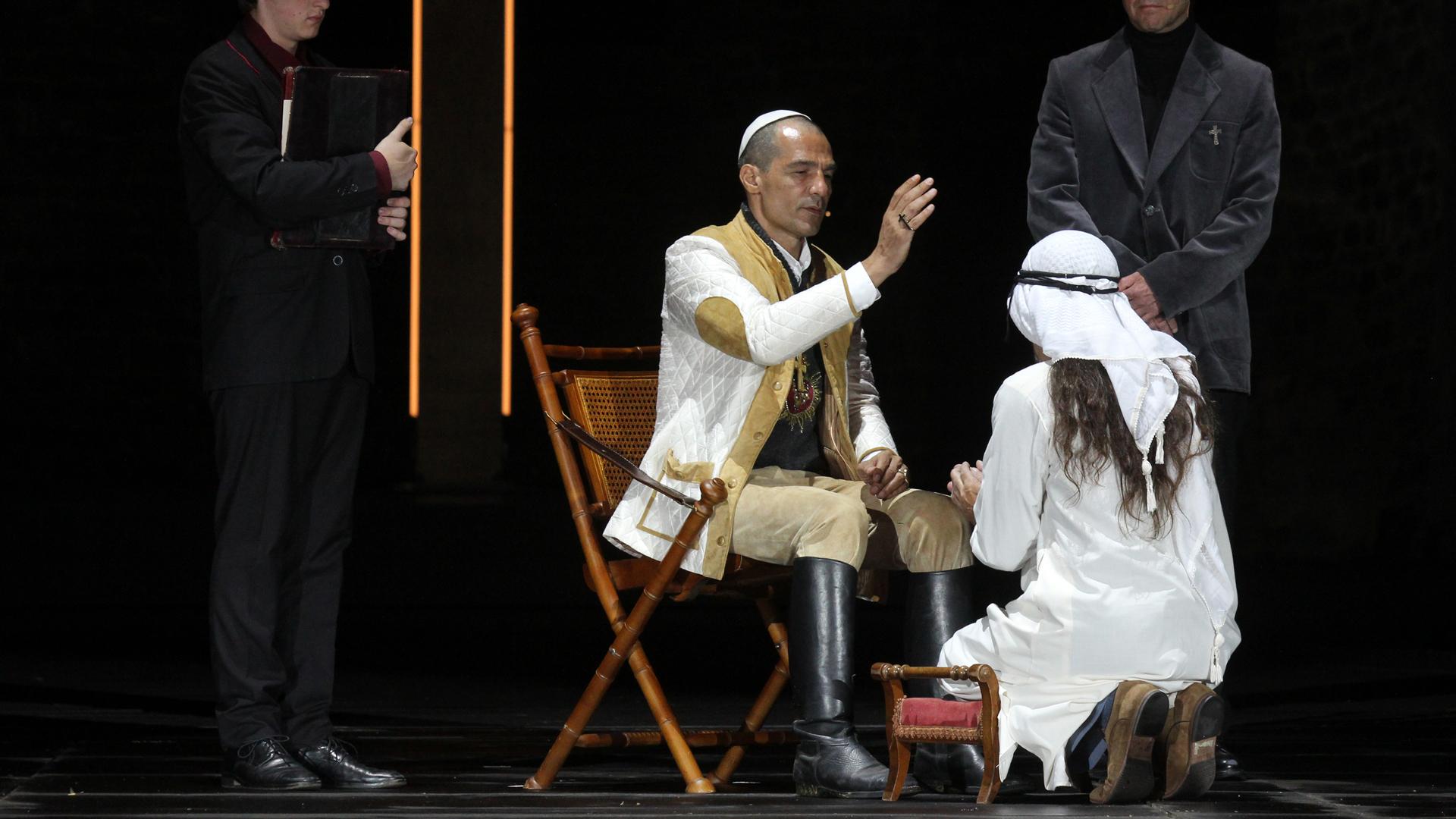 Papst Leo X. (Erol Sander) in Reitstiefeln
