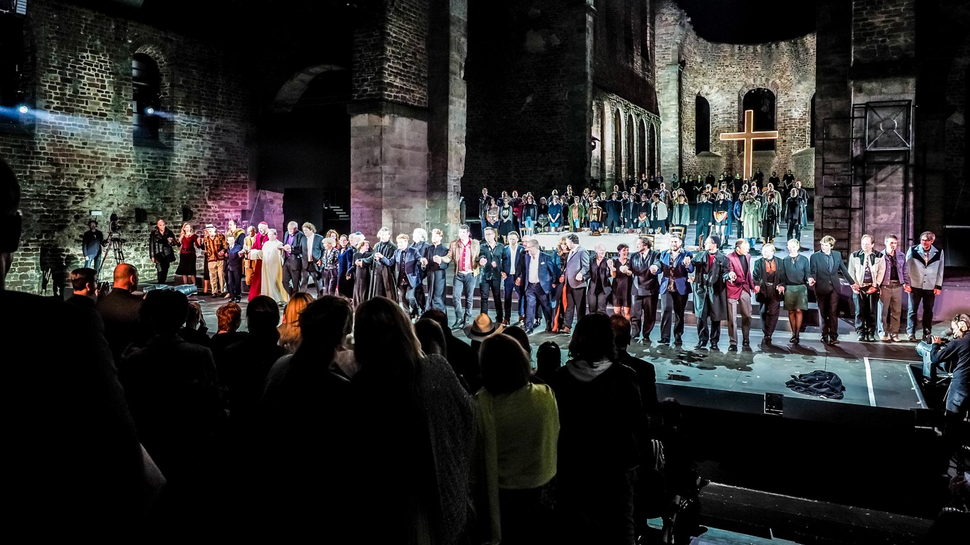"""Stehende Ovationen für """"Luther – Der Anschlag"""" am Uraufführungsabend, den 23. Juni, in der Stiftsruine der Bad Hersfelder Festspiele"""