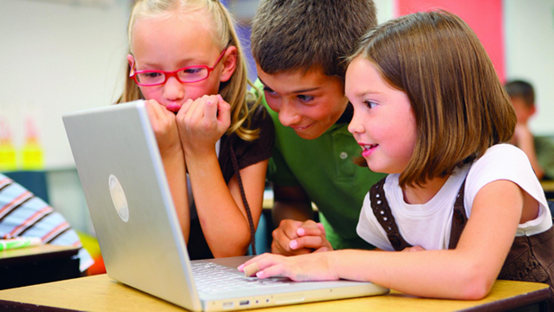 Trotz Digitalisierung spielen Kinder nach wie vor gerne draußen. Doch: Je älter die Kinder sind, desto wichtiger werden Medien wie Handy und Computer