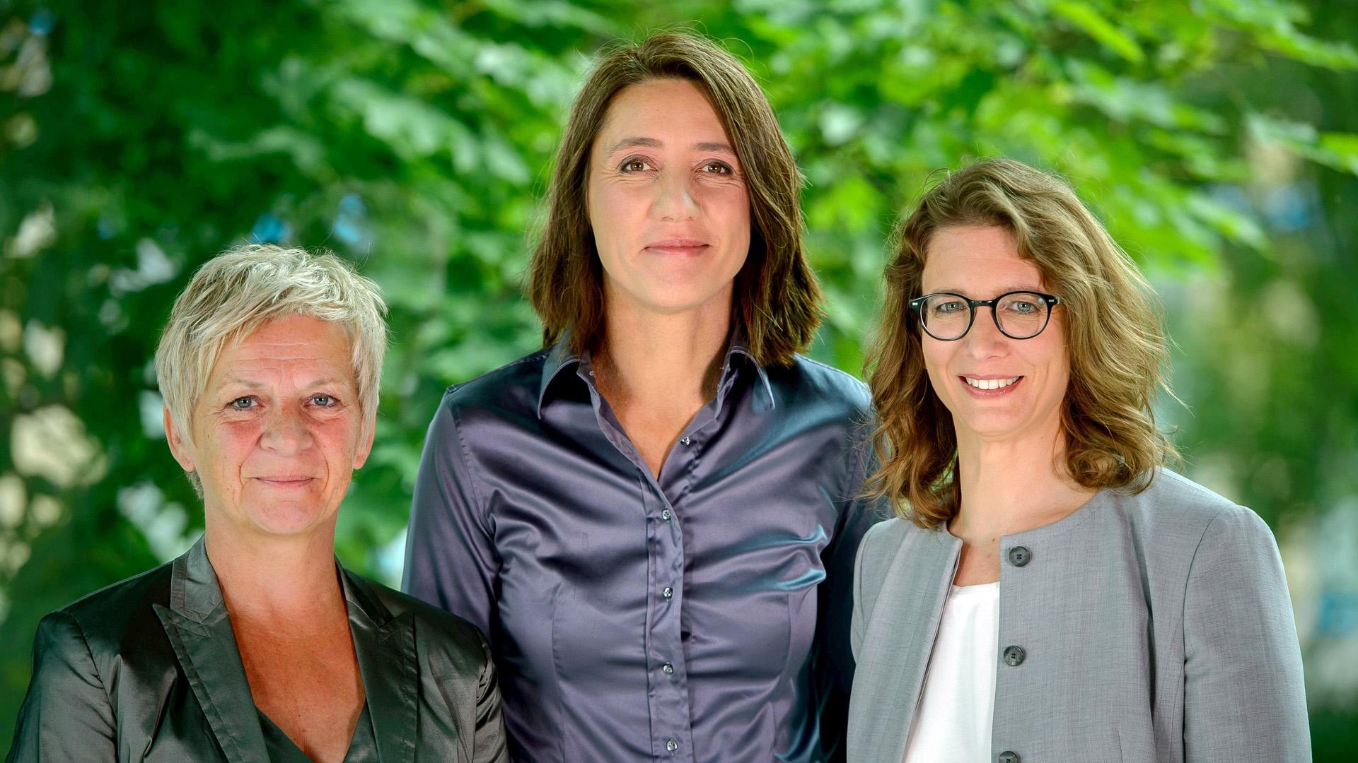 Barbara Unmüßig und Ellen Überschär (v.l.) sind zusammen der Vorstand der Heinrich-Böll-Stiftung, die der Partei Bündnis 90/Die Grünen nahesteht. Livia Cotta (re.) ist Geschäftsführerin der Stiftung.