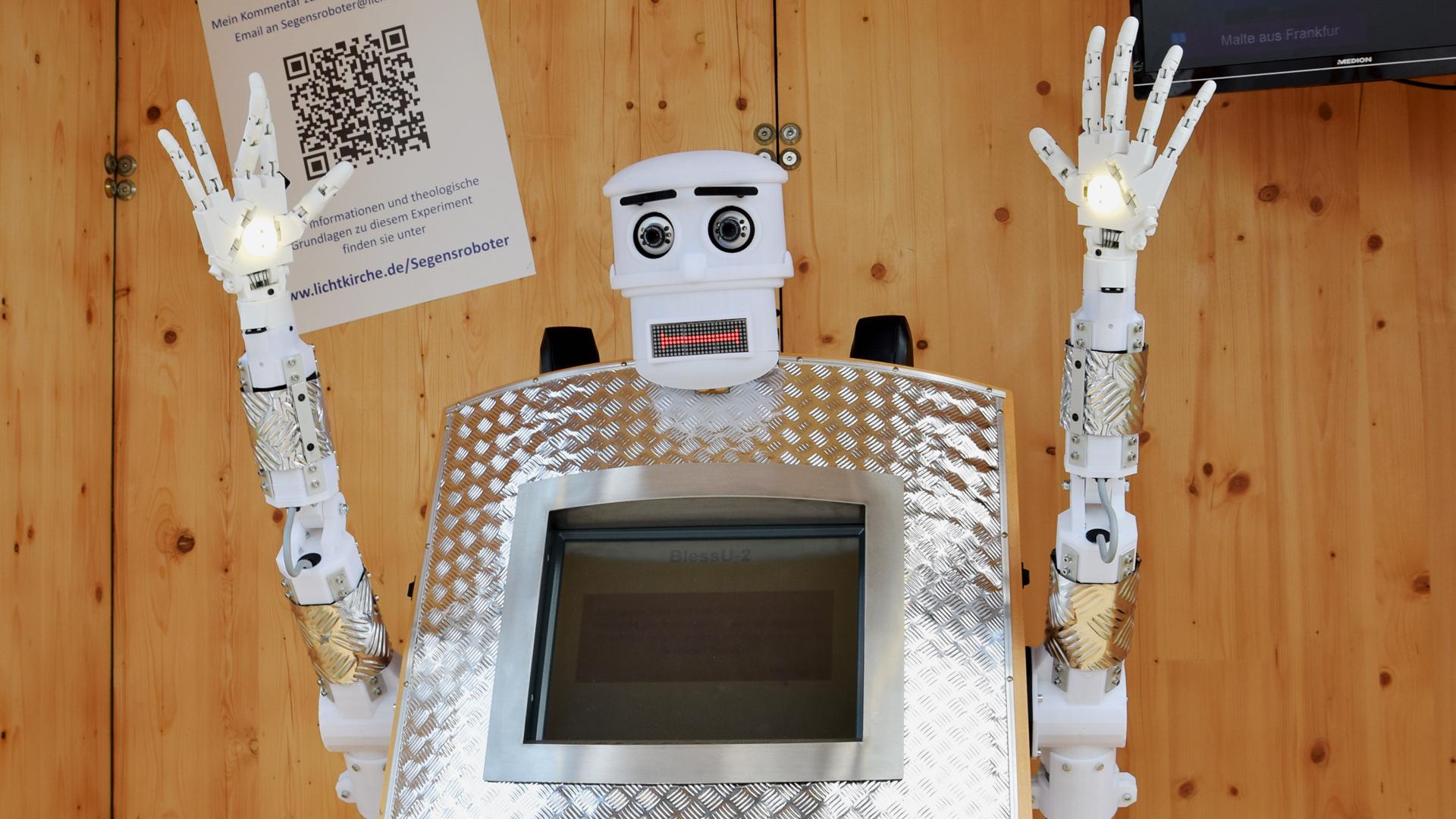 Ein Roboter, der Segen sprechen kann, war auch Teil der Ausstellung und wurde in den Medien heiß diskutiert.
