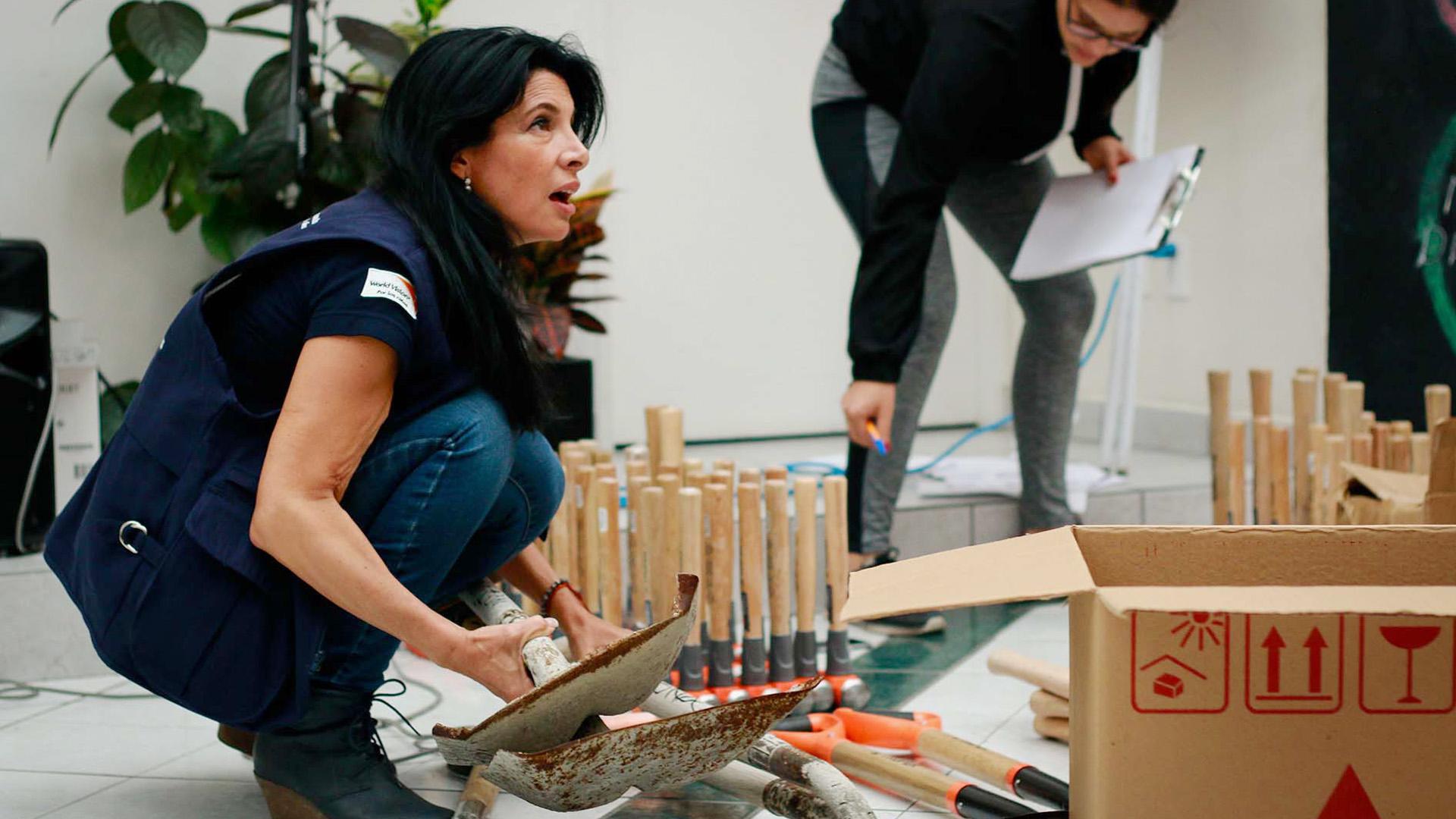 Die Landesdirektorin von World Vision Mexiko, Silvia Novoa, beim Verteilen von Schaufeln und anderen Hilfsgütern
