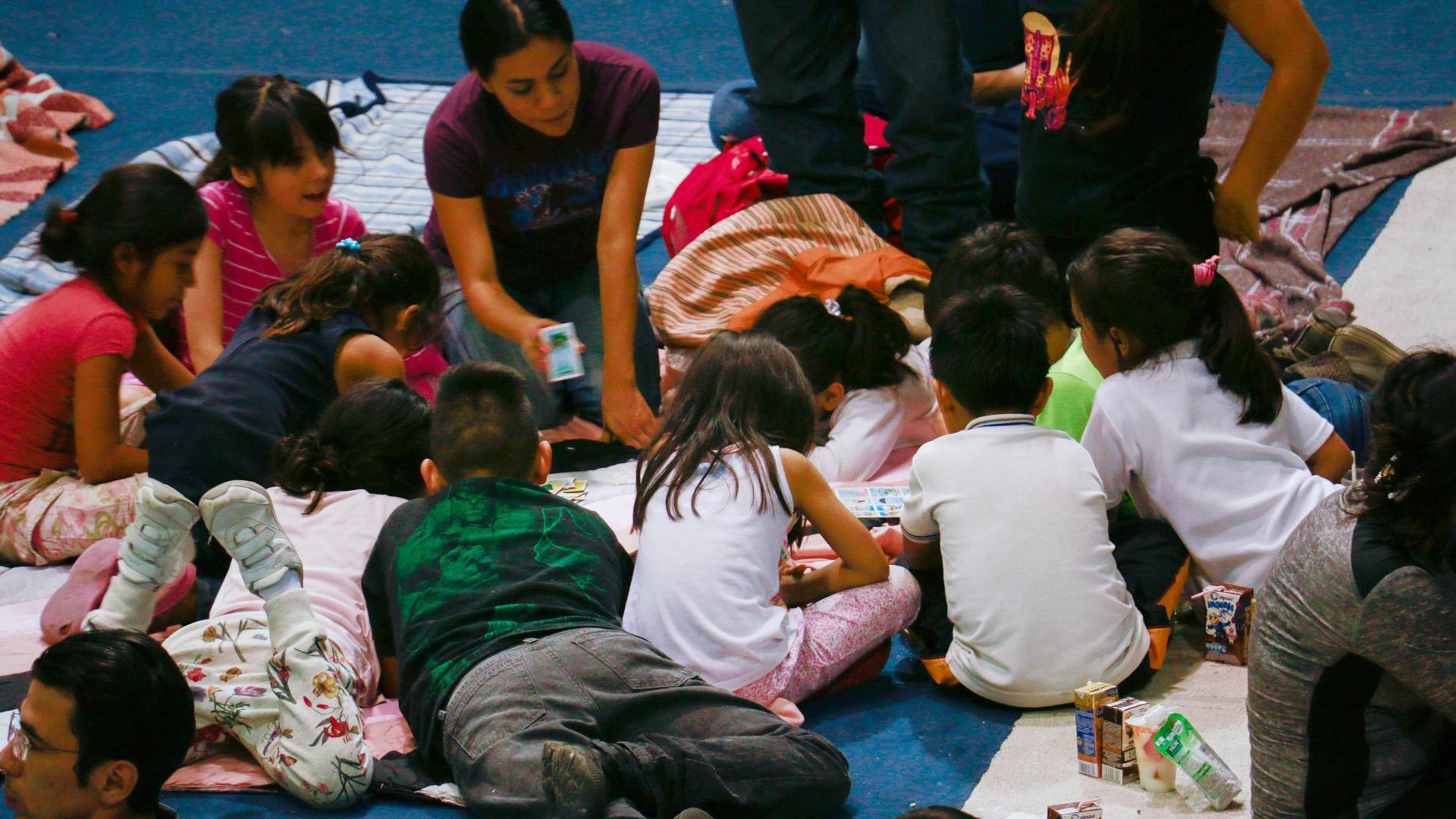 Eine Hilfsmitarbeiterin von World Vision betreut Kinder