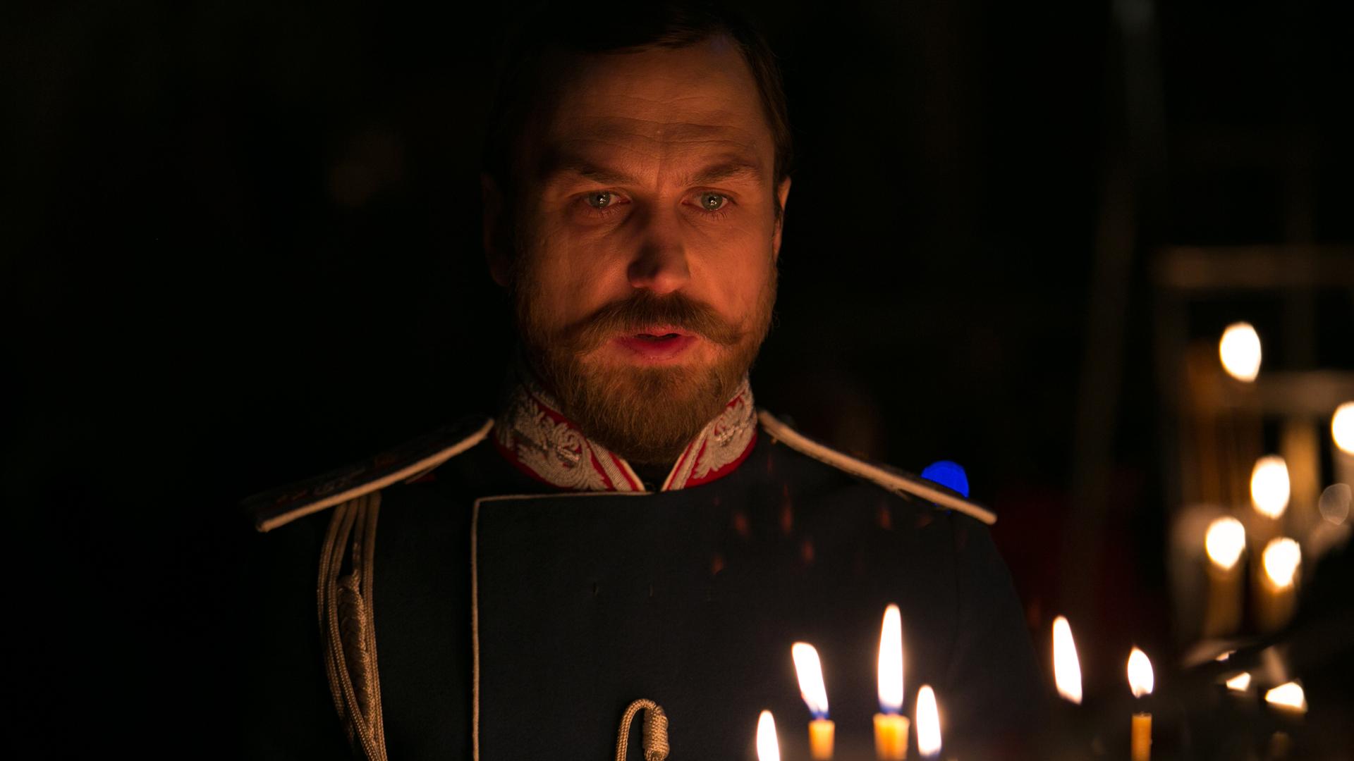 Zar Nikolaus II. (Lars Eidinger) wurde im Jahr 2000 von der russisch-orthodoxen Kirche heilig gesprochen