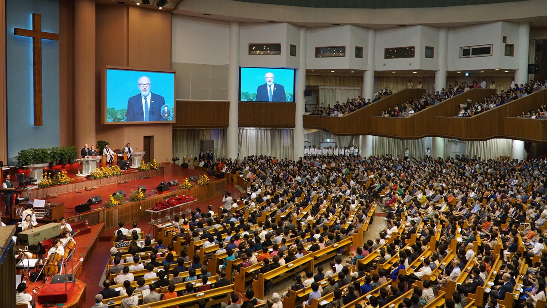 """Schirrmacher bei der Predigt in der größten Kirchengemeinde der Welt, der """"Yoido Full Gospel Church"""", mit 20.000 Zuhörern in der Kirche und geschätzt hunderttausenden in ganz Asien"""