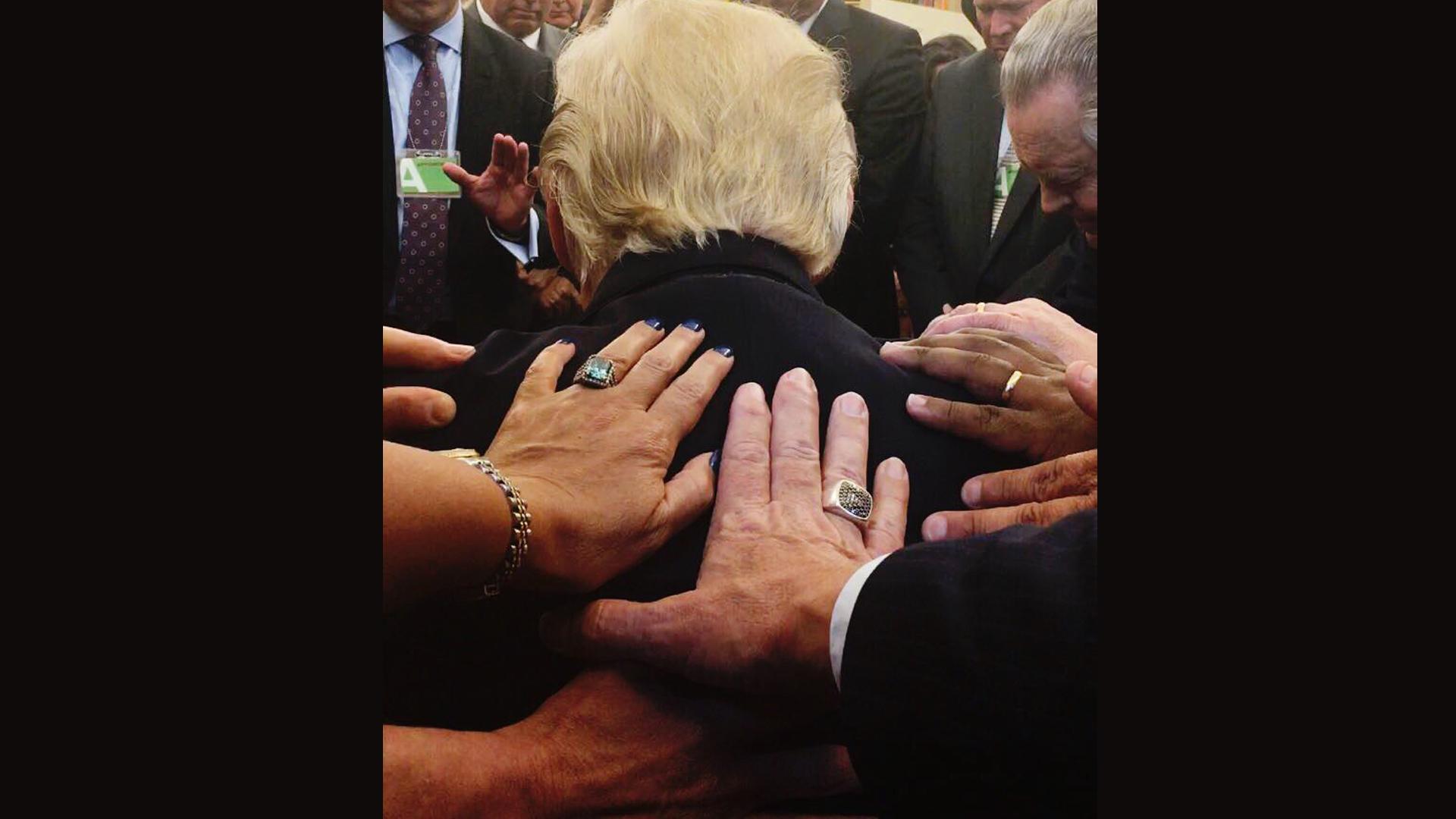 Pastoren und christliche Leiter beten im Oval Office für Donald Trump, hier im Juli dieses Jahres