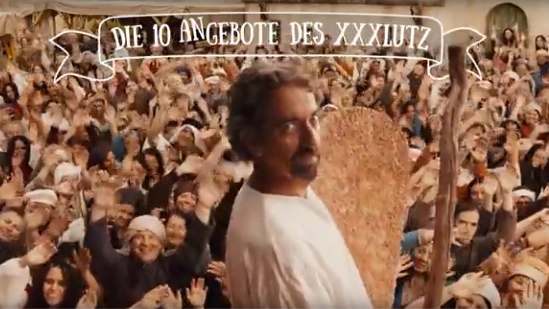"""Werbespots eines großen Einrichtungshauses sorgen derzeit in Österreich für Aufregung. Ein Schauspieler mimt die biblische Figur Mose und präsentiert """"Die zehn Gebote des XXXLutz""""."""