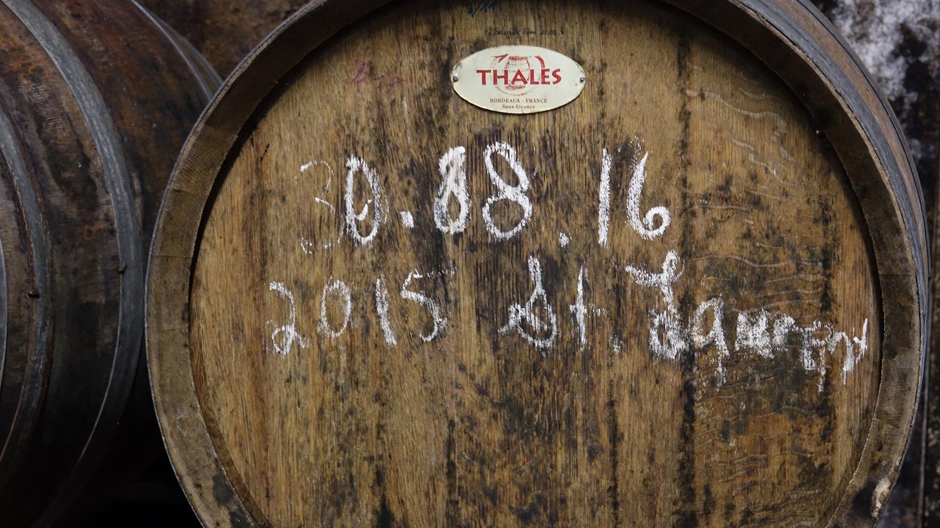 Im Weinfass reift ein Rotwein. Das Holz verleiht dem Wein eine zusätzliche Geschmacksnote.