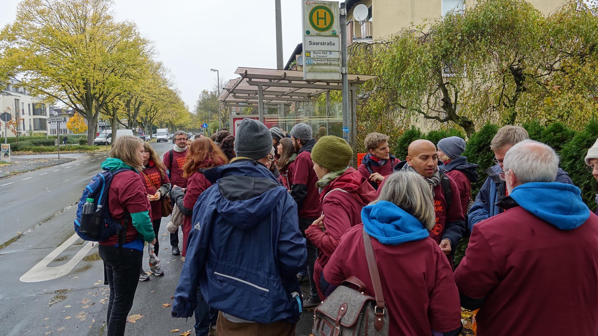 An der Bushaltestelle Saarstraße lassen sich die Umweltschützer nicht von einem vorerst ausbleibenden Bus entmutigen