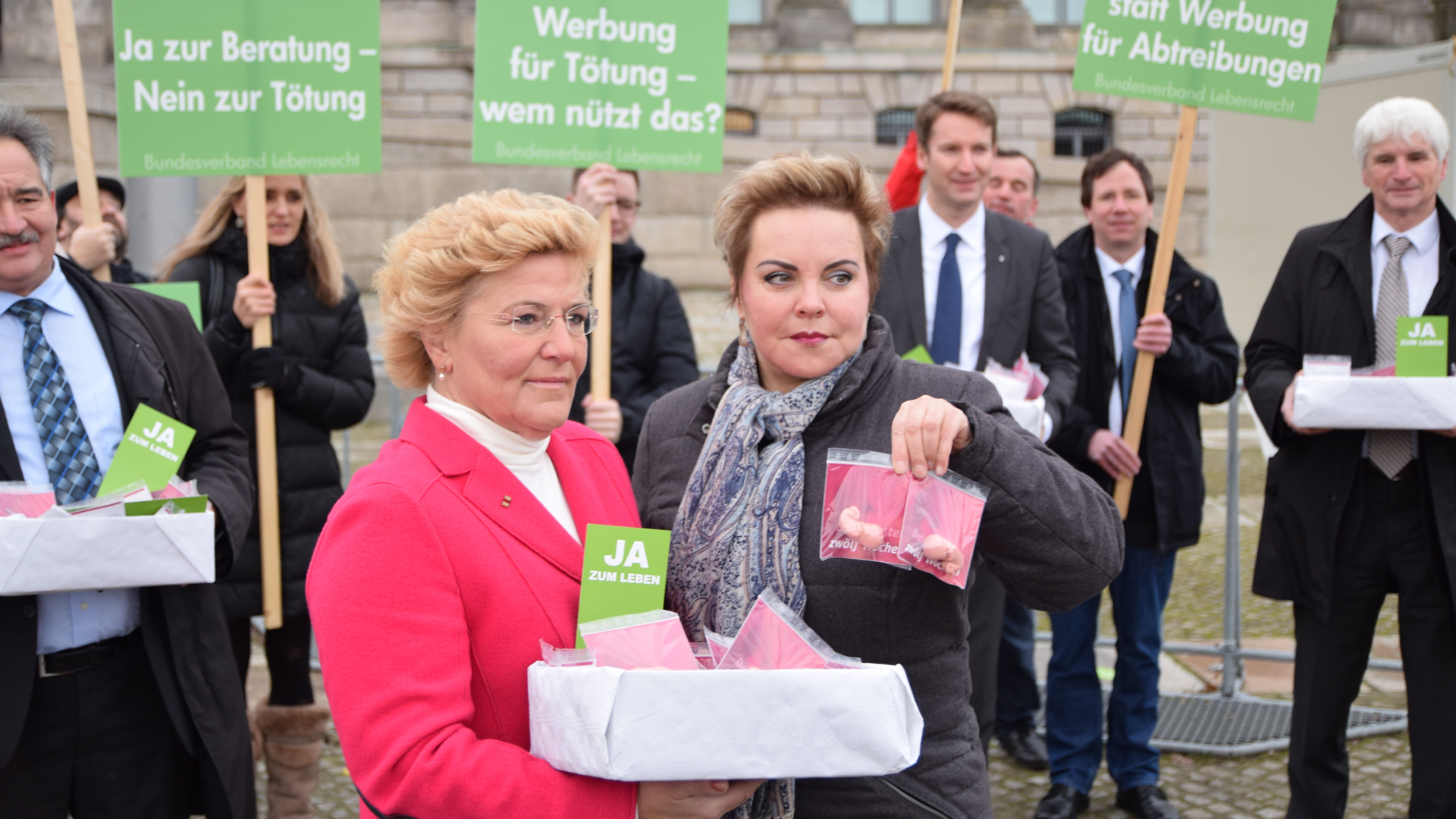 Die CDU-Abgeordnete Sylvia Pantel (l.) unterstützt den Bundesverband Lebensrecht bei seinem Protest gegen die Petition