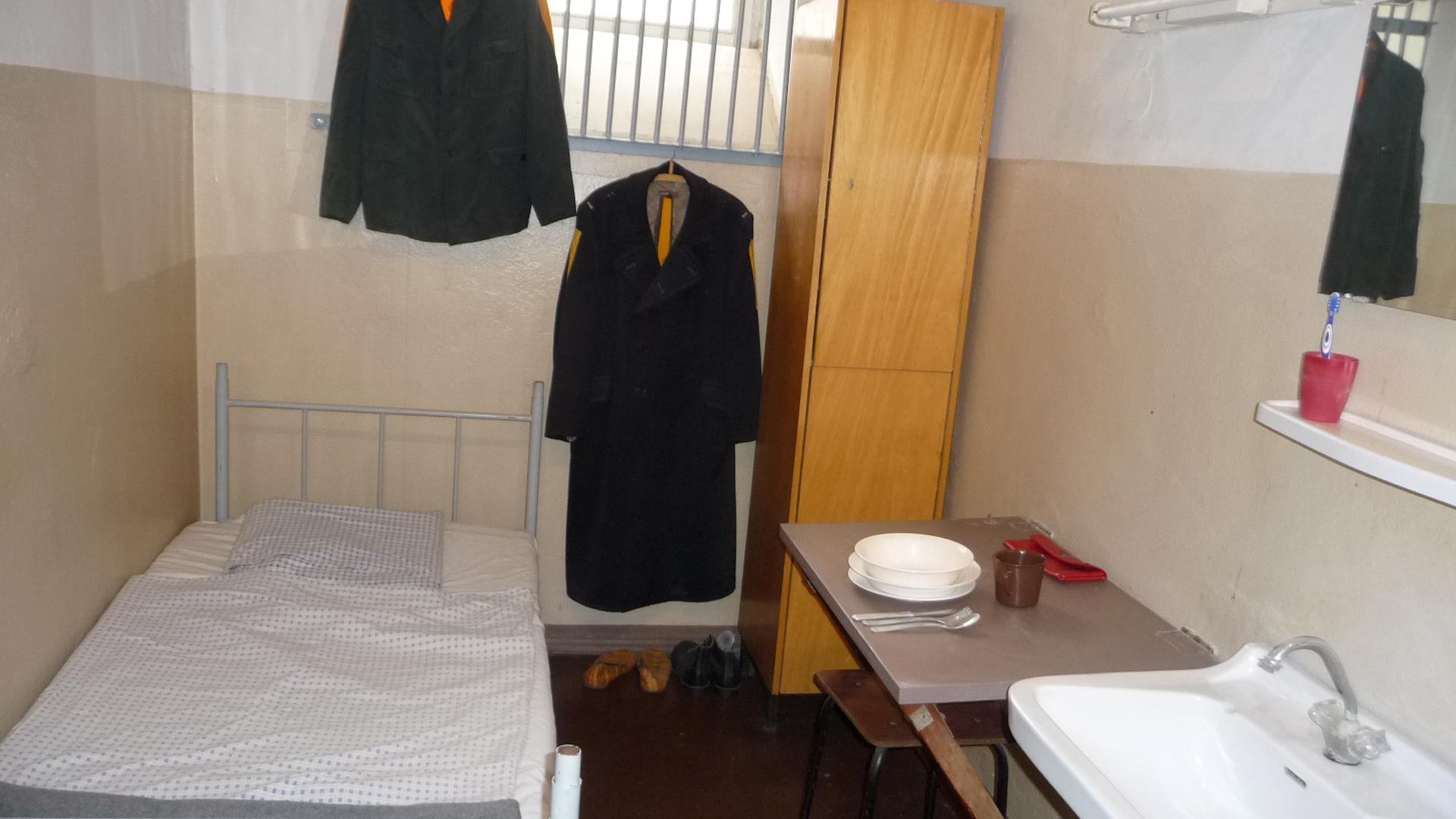 """Eine typische Gefängniszelle in Bautzen II, dem """"Alcatraz der DDR"""""""
