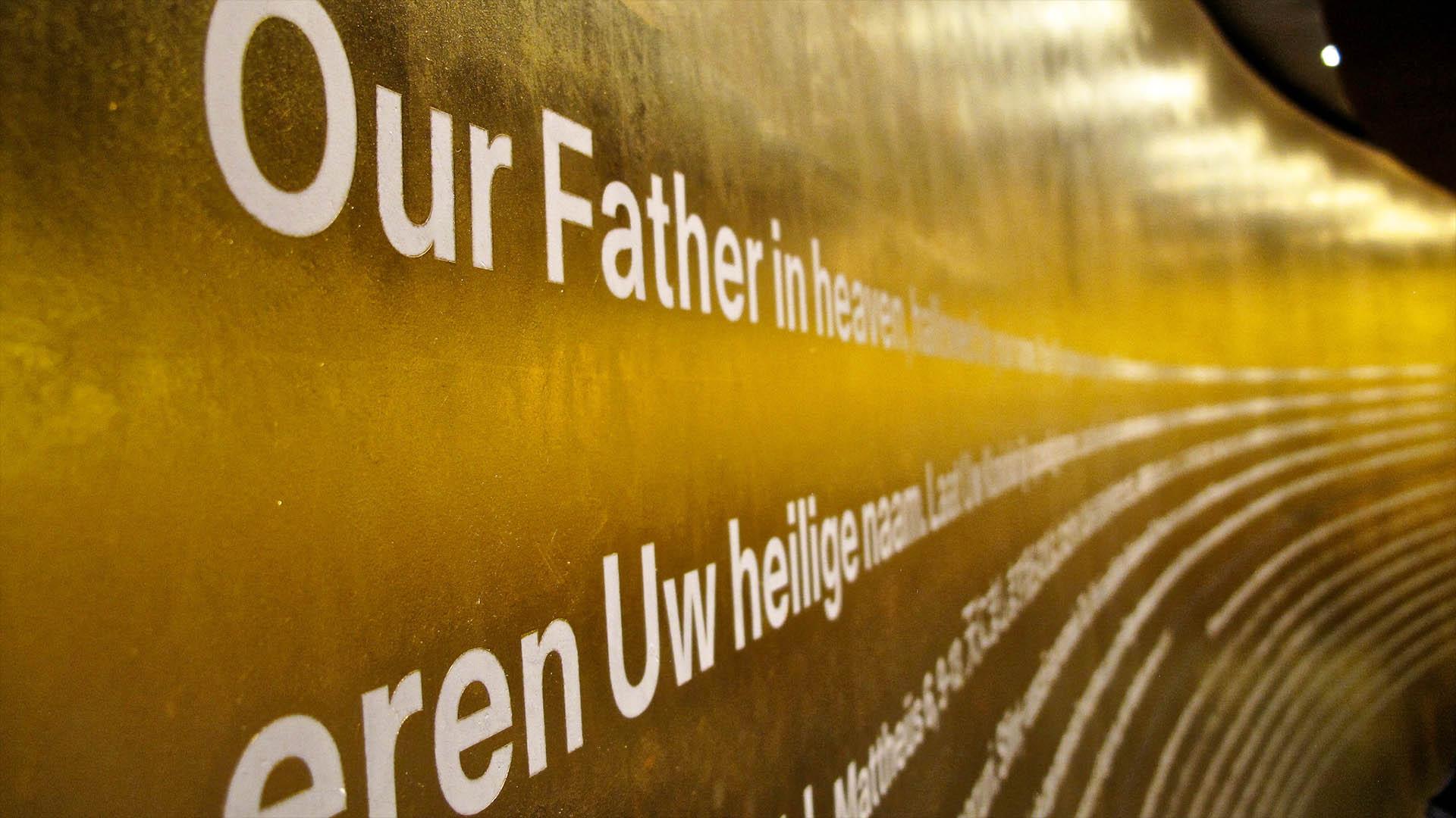 Das Vaterunser in mehreren Sprachen in der Kapelle des Berliner Olympiastadions