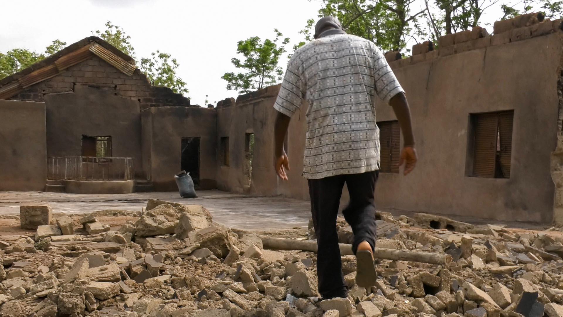 Ein nigerianischer Pastor in den Trümmern seiner Kirche. Im Norden des westafrikanischen Landes sucht unter anderem die islamistische Terrormiliz Boko Haram die Bevölkerung heim.