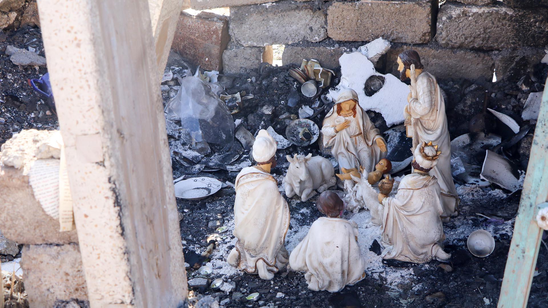 In den Resten eines Hauses im Irak sind Figuren der Weihnachtskrippe aufgebaut. Die Terrororganisation Islamischer Staat habe zwar an Einfluss verloren, aber nach wie vor verließen Christen das Land aus Angst und Perspektivlosigkeit, berichtet Open Doors.