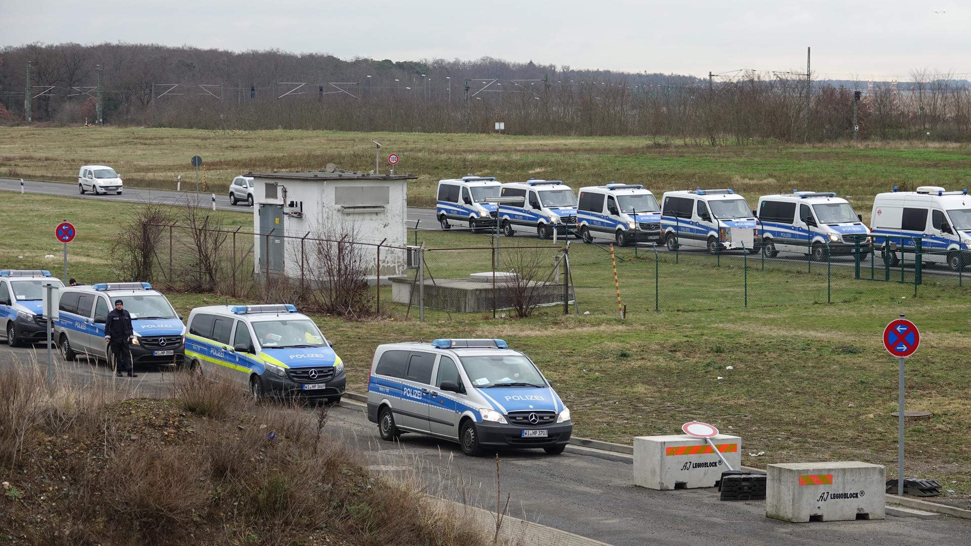 Ein Bruchteil der Polizeiwagen vor Ort. Ein Großaufgebot an Polizisten musste die Veranstaltung schützen.