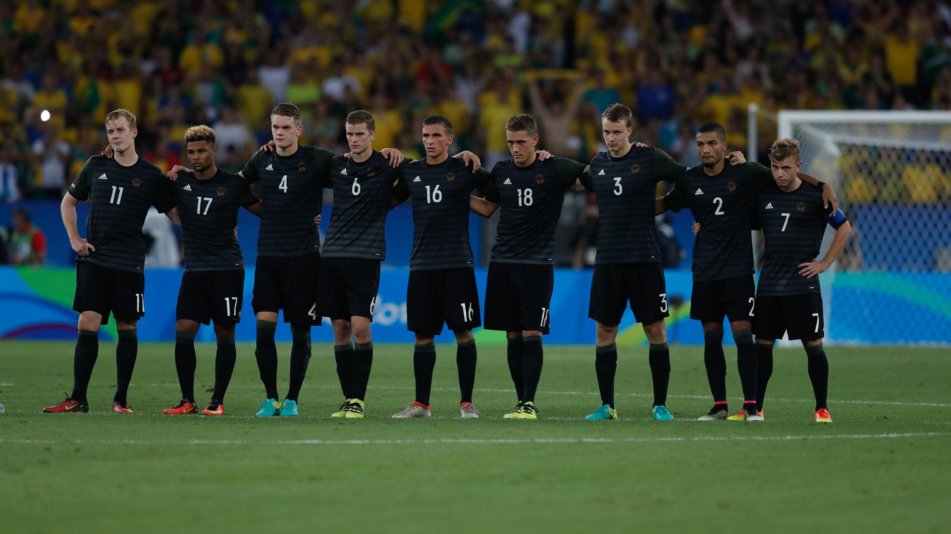 Der deutsche Nationalspieler Lukas Klostermann (Trikotnummer drei) mit seinen Kameraden beim Elfmeterschießen im Olympia-Finale von Rio 2016