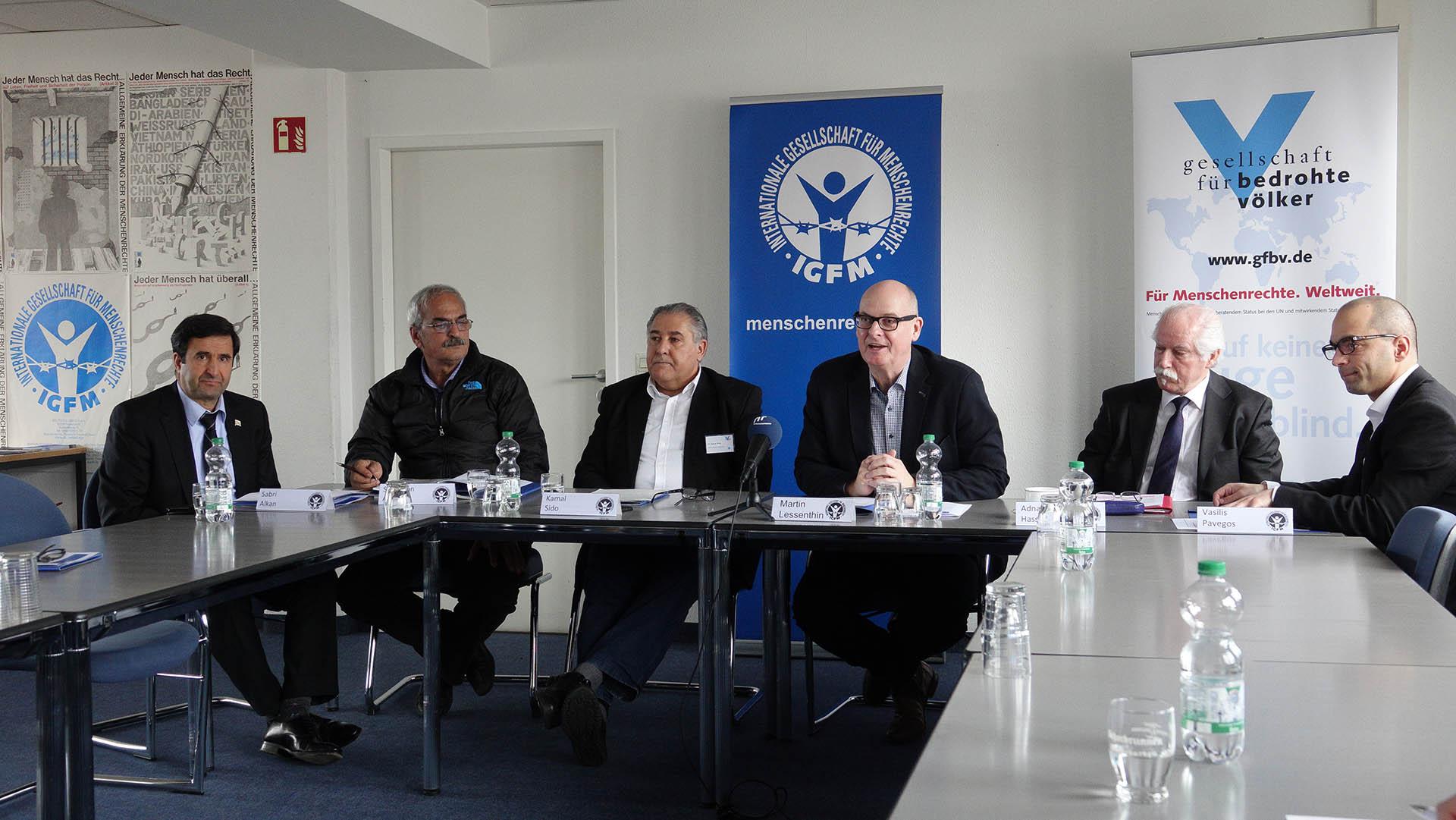 IGFM-Sprecher Martin Lessenthin (Mitte) verurteilte mit mehreren Vertretern anderer Menschenrechtsorganisationen den Angriff türkischer Soldaten auf die syrische Region Afrin