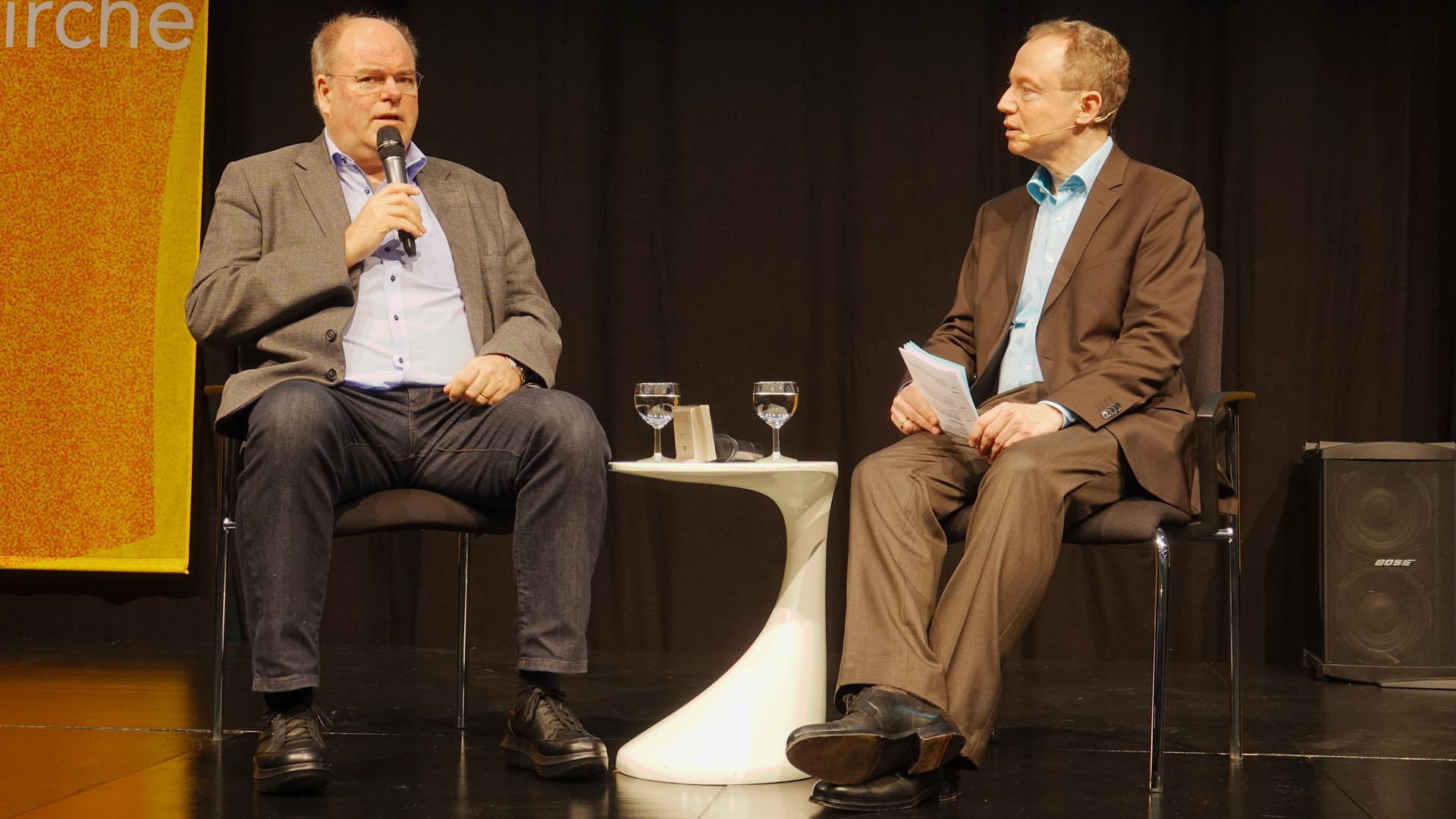Walter Kohl (l.) im Gespräch mit Moderator Michael Ragg bei der Kirchenmesse Gloria