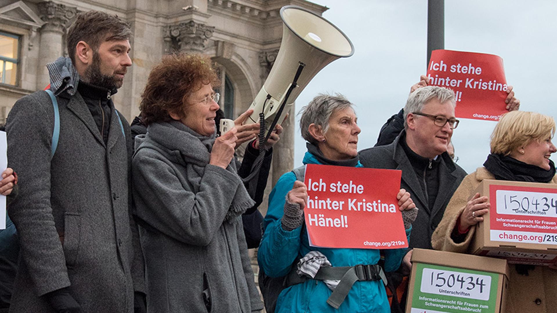 In den vergangenen Wochen demonstrierten in Berlin immer wieder Gruppen für und gegen das Werbeverbot bei Schwangerschaftsabbrüchen. Nun hat sich auch der Deutsche Bundestag des Themas angenommen.