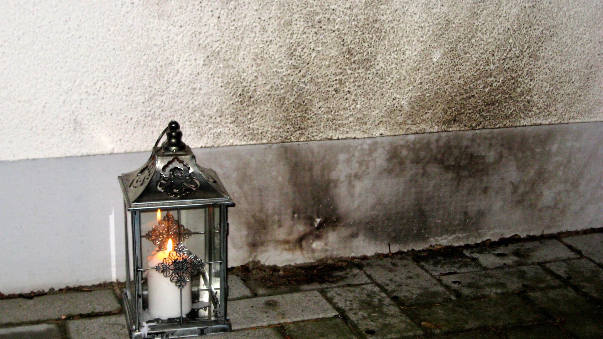Mannekes Engagement hat Racheakte von Neonazis zur Folge, wie der Brandanschlag auf sein Haus 2011