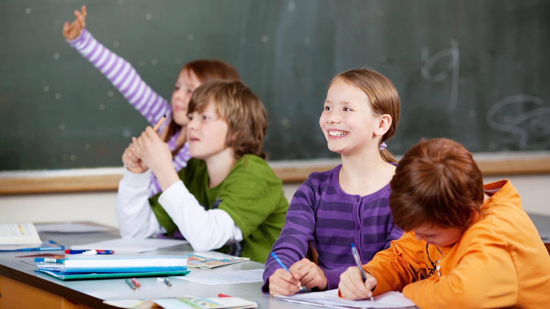 Schüler sollen sich mit den Auffassungen anderer unvoreingenommen auseinandersetzen, heißt es im hessischen Schulgesetz