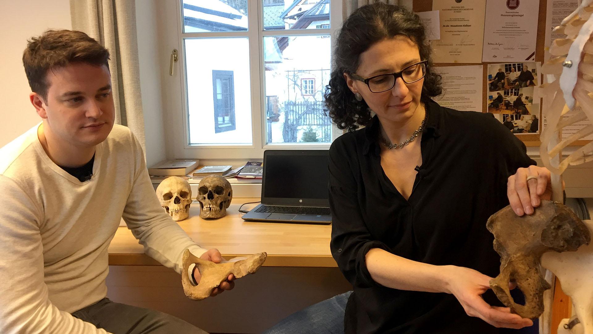 Anthropologin Doris Pany-Kucera zeigt dem Moderator Unterschiede an männlichen und weiblichen Skeletten
