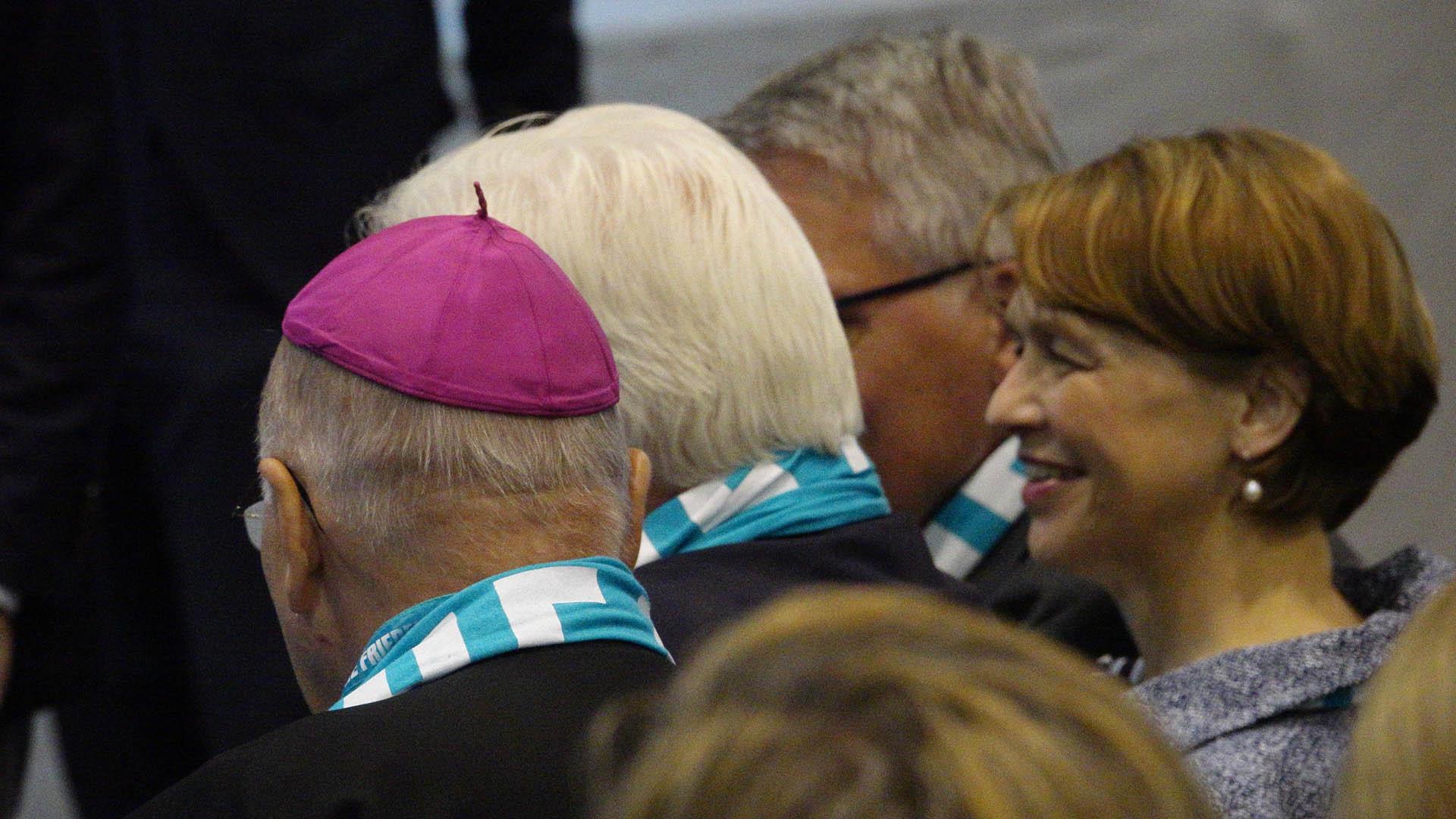 Frank-Walter Steinmeier (Mitte) und seine Frau Elke Büdenbender stecken mit dem Bischof von Münster, Felix Genn, ihre Köpfe zusammen