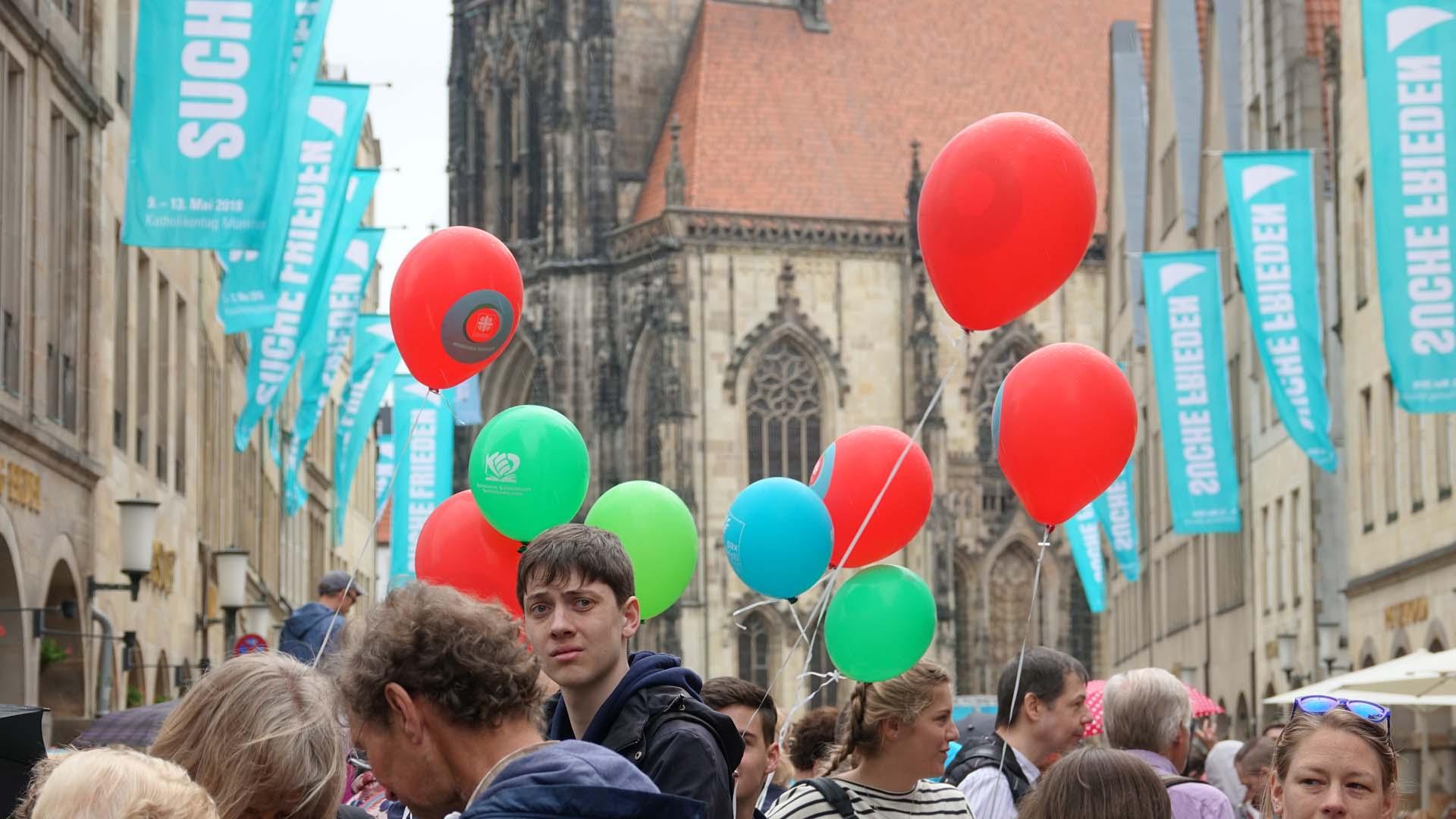 """""""Suche Frieden"""" ist das Motto des diesjährigen Katholikentags. Die Straße Prinzipalmarkt in Münster ist gefüllt von Jugendgruppen, Familien, Einzelbesuchern."""