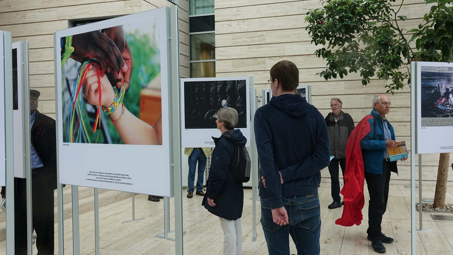 """Die Ausstellung """"Bilder für den Frieden"""" vom Bistum Münster in der Bezirksregierung Münster zeigt 30 Gewinner-Aufnahmen eines Fotowettbewerbs"""