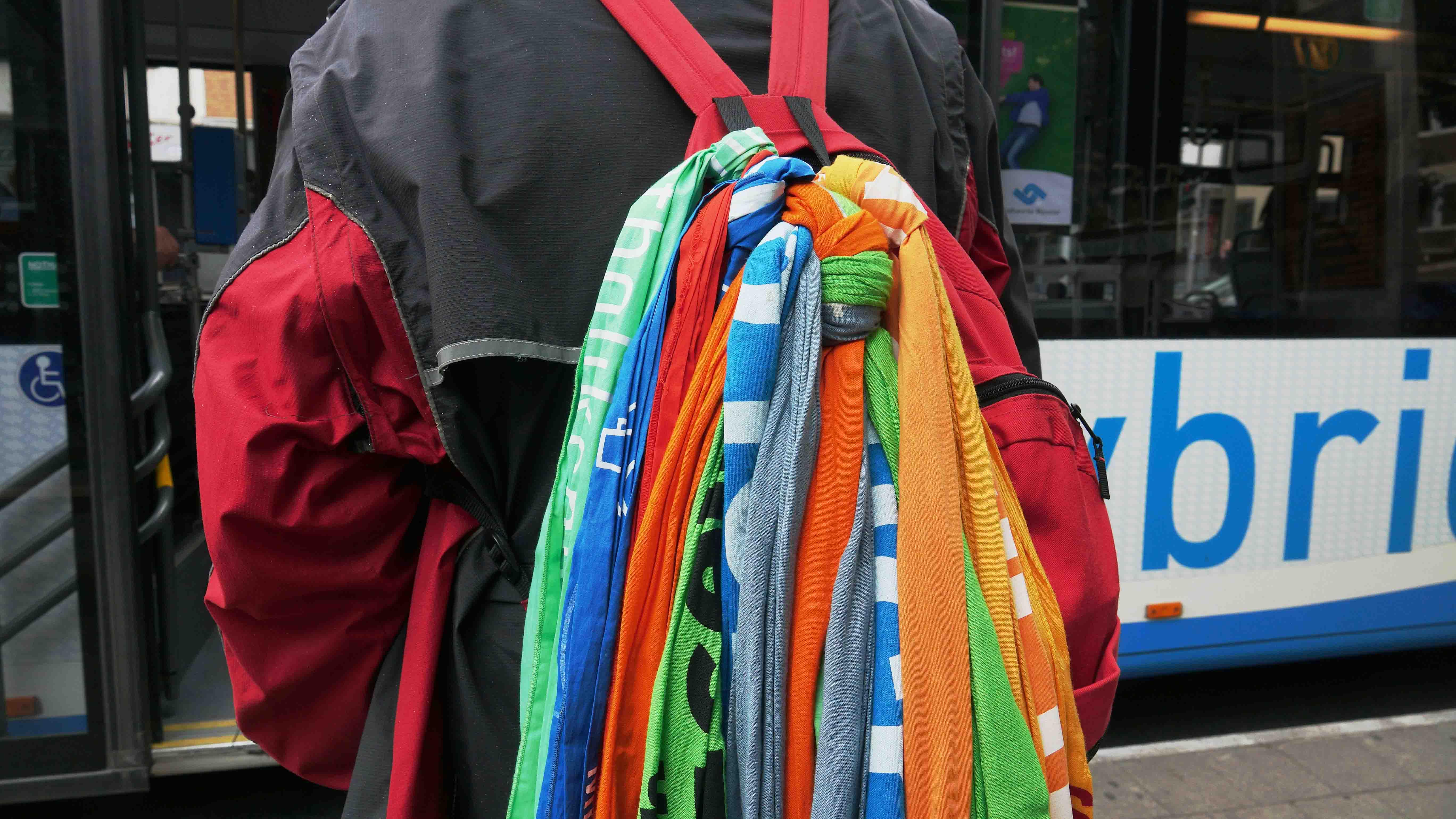 Bunte Schals sind Tradition bei Katholikentagen, Kirchentagen und Ökumenischen Kirchentagen: Dieser Besucher sammelt seit vielen Jahren die Stoffe der drei Großveranstaltungen.