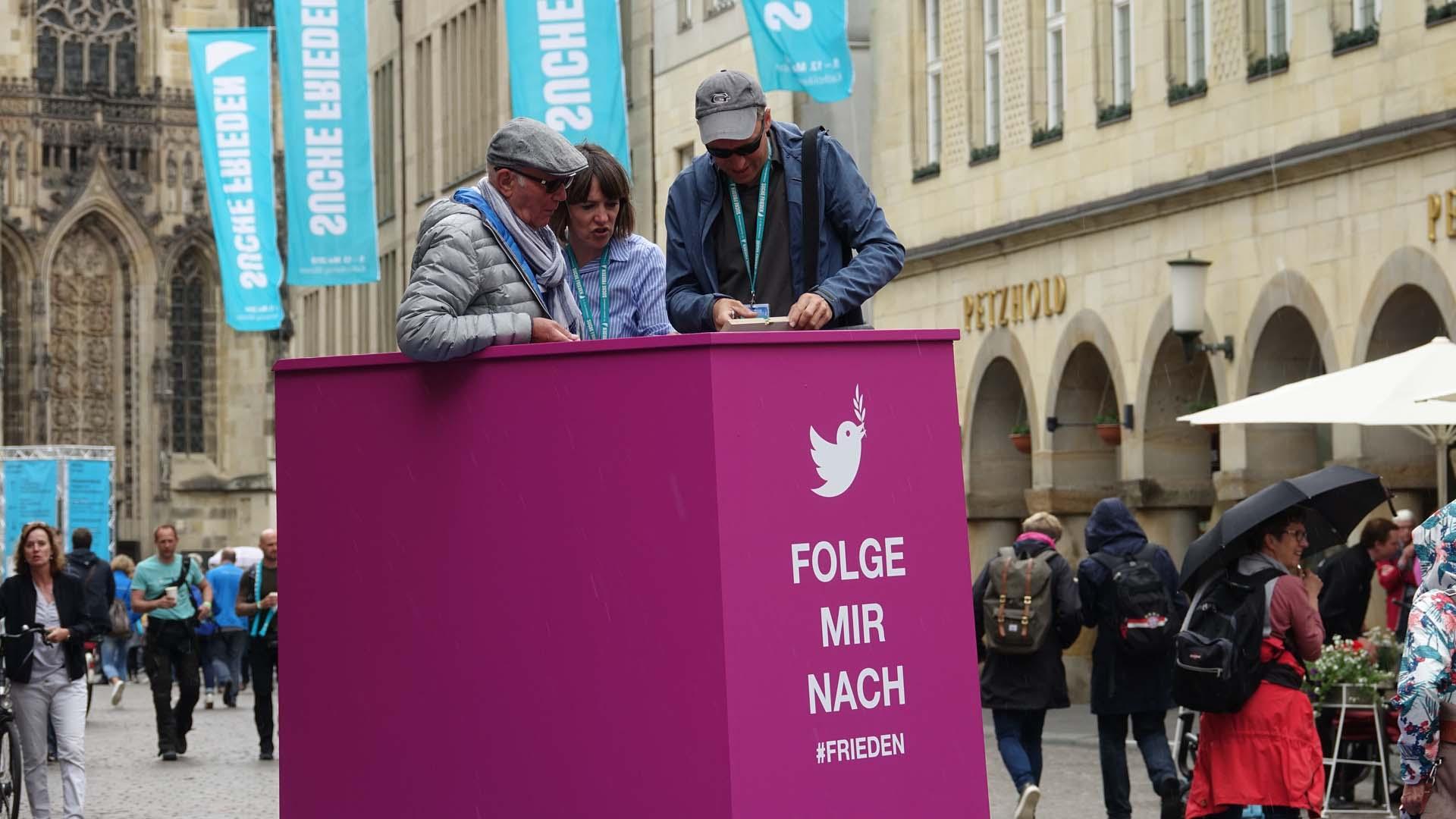 """Auf dieser """"Twitter-Kanzel"""" in der Altstadt konnten Besucher für ein Foto posieren und zu den anderen Gästen sprechen"""
