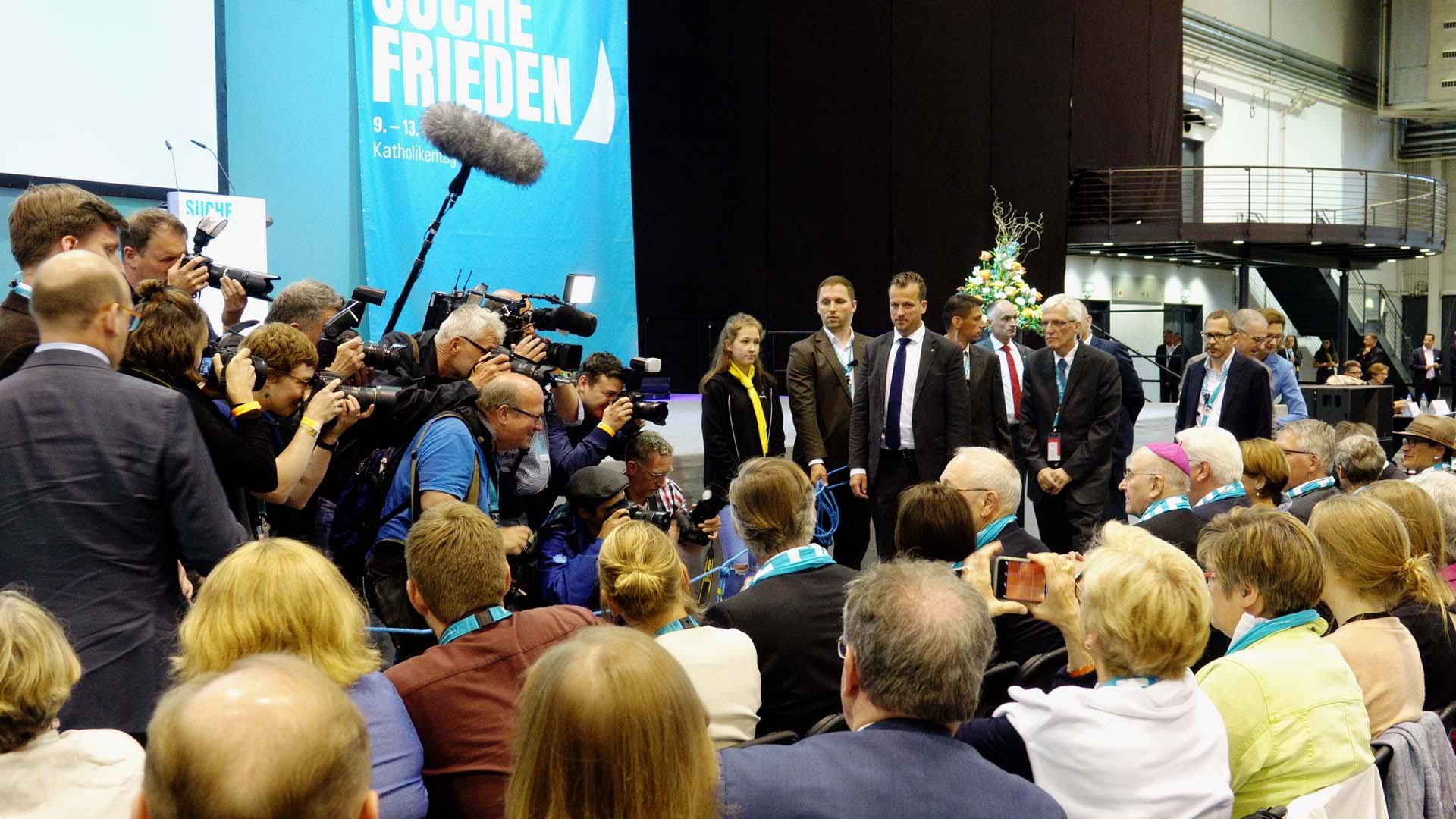 Großes Medieninteresse an Frank-Walter Steinmeier, seiner Frau Elke Büdenbender und dem Bischof von Münster, Felix Genn