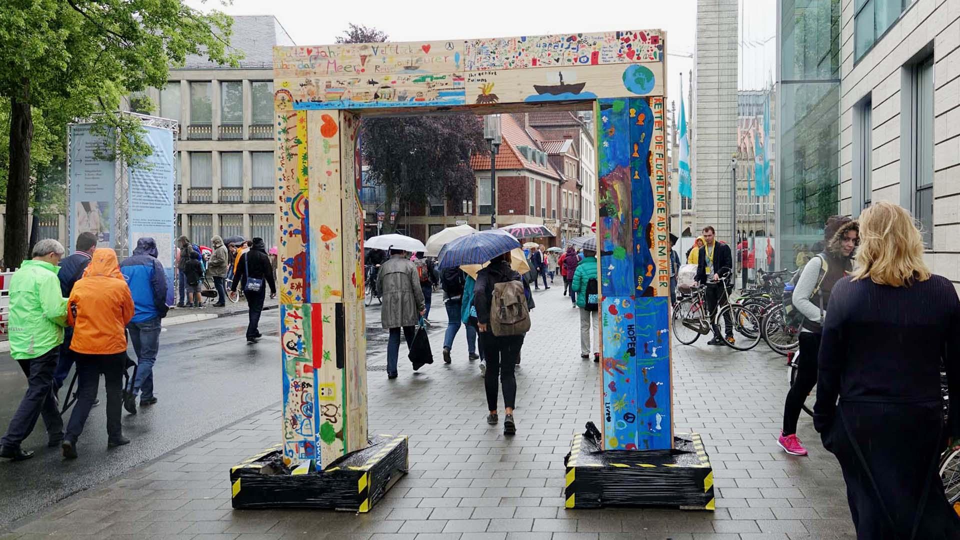 Insgesamt neun Friedenstore der Sternsinger gibt es in der Stadt. Mehr als 20.000 Kinder und Jugendliche aus ganz Deutschland haben Planken mit Botschaften für den Frieden gestaltet.